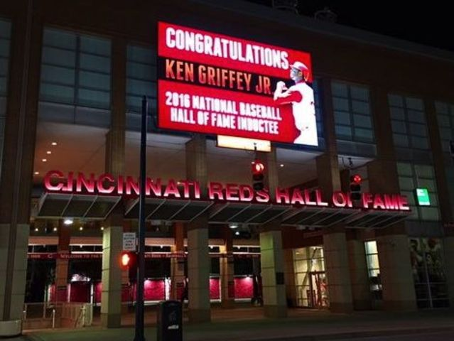 Ken_griffey_jr_hall_of_fame_sign_1452134943258_29495694_ver1.0_640_480