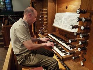 Churches weigh in: Organ, or praise band?