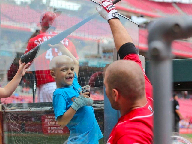 Votto dedicates MLB Award to 'Superbubz'